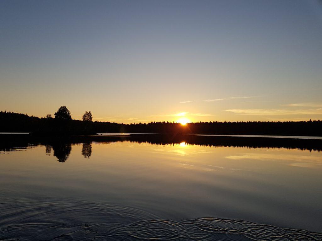 Solnedgång över Holmsjön som kommer angränsa till vindkraftverken